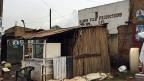 Willkommen in Wakaliwood bei Ramona Filmproduction. Wakali ist ein Elendsviertel am Rand der Hauptstadt. Hier gründete Isaac Nanuube vor acht Jahren seine eigene Filmindustrie. Zwischen Enten, Ziegen und Blechhütten, wo es nach Urin und Abfall riecht, entstehen Ugandas Blockbuster wie «Eaten Alive in Uganda 1-14» oder «Who killed Captain Alex». Mitmachen dürfen alle.