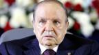 Abdelaziz Bouteflika hatte die Beschränkung von zwei Amtsperioden mit der letzten Verfassungsänderung abschaffen lassen und sich damit den Weg für eine dritte und eine vierte Amtszeit geöffnet.