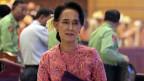 Das neue burmesische Parlament wählt in diesen Tagen auch einen Präsidenten; dieses Amt kann Aun San Suu Kyi trotz ihrer Verdienste für den Demokratisierungsprozess nicht übernehmen, weil ihre Kinder einen britischen Pass haben. Bild: Aung San Suu Kyi beim Verlassen des Parlaments.