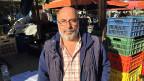 Bauer Pandelis Mosxos nimmt ihn dreimal in der Woche unter die Räder seines Lastwagens. Auf Athener Bauernmärkten verkauft er seine Äpel und Birnen.