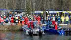 Rettungskräfte im Einsatz an der Unglücksstelle. Opfer und Verletzte werden mit Booten abtransportiert.