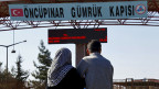Ein syrisches Paar, das schon früher in die Türkei geflüchtet war, wartet im türkischen Kilis auf die Eltern, die aus Aleppo in Syrien geflüchtet sind.