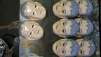 Ein Star des diesjährigen Strassenkarnevals in Brasilien ist asiatischer Herkunft: «O Japonês da Federal» nennen ihn die Brasilianer, den «Japaner von der Bundespolizei». Bild: Produktion der Masken des beliebten Polizisten Newton Ishii.