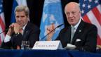 US-Aussenminister John Kerry (l) und der UN-Sonderbeauftragte für Syrien, Staffan de Mistura, in München. De Mistura strebt eine möglichst rasche Wiederaufnahme der Friedensverhandlungen in Genf an.