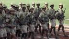 Soldatinnen und Soldaten der eritreischen Armee beim Exerzieren