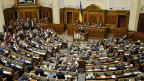 Premier Arsen Jazenjuk spricht am 16. Februar vor dem ukrainischen Parlament. Präsident Poroschenko ist der Ansicht, die Koalitionsparteien würden den Regierungschef nicht mehr unterstützen.
