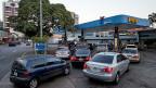 Nachdem Venezuelas Präsident Nicolas Maduro die Anhebung des Benzinpreises um 6000 Prozent angekündigt hatte, bildeten sich vor vielen Tankstellen lange Autoschlangen.