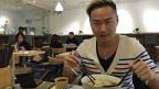 Der 30-jährige Modefotograf Kyle Fong begleicht mit dem Handy nicht nur Restaurantrechnungen, sondern bezahlt damit auch im Supermarkt oder in Fachgeschäften - auch seinen neuen Fotoapparat hat er mit der Handy-App gekauft.