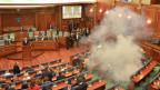 Tränengas während einer Sitzung des Parlaments in Pristina am 26. Februar aus Protest gegen Premierminister Hashim Thaci, der erneut zum Staatspräsidenten gewählt werden soll.