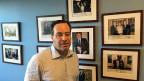 Warum die Parteispitze der Republikaner in eine ganz andere Richtung marschiert ist als das Parteivolk – und dies erst jetzt realisiert. David Frum liefert Erklärungen. Bild: Frum vor einer Wand mit Bildern ehemaliger US-Präsidenten, die meisten mit persönlichen Widmungen.