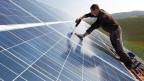 Im oft regnerischen Deutschland fangen 13 mal mehr Solaranlagen die Kraft der Sonne ein als im ewig-sonnigen Griechenland.