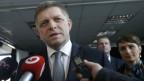 Robert Fico, Ministerpräsident der Slowakei, wendet sich nach den Wahlen an die Medien.