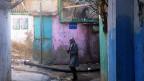 Burj el Barajneh ist ein Palästinenserlager im Süden der libanesischen Hauptstadt Beirut. Aus der ehemaligen Zeltstadt ist ein Slum geworden. Mehr als 20'000 Menschen leben hier, die meisten in Armut. Das Camp hat seine eigenen Gesetze – und grosse soziale Probleme.