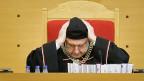 Gerichtspräsident Andrzej Rzeplinski und seine Richter sind gezwungen, bei der Prüfung einer eventuell verfassungswidrigen Vorschrift diese Vorschrift bereits anzuwenden. Würde das Verfassungsgericht die Verfassungswidrigkeit der Reformen feststellen, wäre die Feststellung damit ungültig – weil auf fehlerhafter Grundlage getroffen.