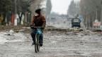 Rund 40 Franken Rente und 30 Franken «Flüchtlingshilfe» hat der ukrainische Staat bisher an Menschen aus der Ostukraine bezahlt. Nun blockiert er das Geld von Leuten, die im Verdacht stehen, «drüben» zu wohnen, in von Separatisten kontrolliertem Territorium. «Kampf gegen Schein-Übersiedler» nennen die ukrainischen Behörden diese Praxis. Betroffen sind über 150'000 Ostukrainer und Ostukrainerinnen.