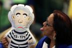 Brasilianerin streckt einer Puppe von Lula da Silva die Zunge raus