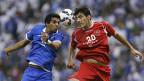 Die Fussballer Yousef al-Salem von Saudiarabien und Alireza Nourmohammadi von Iran. Gegeneinander spielen Ja, aber an einem neutralen Ort.