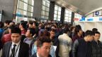 «Die chinesische Regierung geht bei der sozialen Unterstützung äusserst vorsichtig vor. Sie will nicht, dass sich Menschen in Schwierigkeiten auf die finanzielle Unterstützung des Staates verlassen», sagt der Soziologe Cheng Yuan. Bild: Arbeitssuchende an einer Job-Börse in Shanghai.