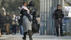 Griechenland ist mit der Rolle nach dem Abkommen zwischen EU und Türkei überfordert. Bild: eine aus dem Kongo geflüchtete Frau mit einem Baby vor der Registrierungsstelle auf der Insel Lesbos.