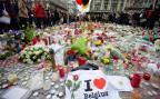 Blumen und Kerzen zum Gedenken der Attentatsopfer auf der Place de la Bourse in Brüssel