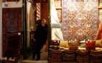 Ein Teppichhändler wartet auf Kunden im Bazar von Istanbul