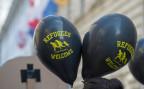 schwarze Ballone mit dem Aufdruck «refugees welcome», an einer Kundgebung in Luzern