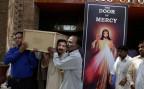 In Lahore tragen Männer den Sarg eines der Opfer des Selbstmordanschlages auf einen Kindergarten