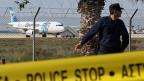 Mit dem Entführer wird scheinbar immer noch verhandelt. Bild: Die Egypt-Air-Maschine auf dem Flughafen von Larnaka.