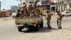 Das Bild zeigt mehrere jemenitische Soldaten auf einem Armeefahrzeug.