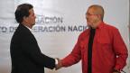 Für Frieden in Kolumbien: ein neuer Verhandlungspartner setzt sich mit an den Tisch. Frank Pearl von der kolumbianischen Regierung und Antonio Garcia von der ELN beim Händedruck in Caracas.