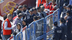Türkische Polizisten eskortieren die ersten zurückgeschafften Flüchtlinge in Dikili vom Schiff.