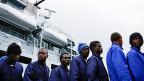 Italien muss sich darauf einstellen, dass in Zukunft alle Flüchtlinge, die hier landen, auch hier bleiben. Das liegt auch daran, dass die meisten Neuankömmlinge aus Westafrika stammen, aus Nigeria, Gambia oder Senegal. Diese Flüchtlinge haben kein Recht darauf, gemäss dem in der EU vereinbarten Schlüssel weiterverteilt zu werden. Bild: Flüchtlinge im Hafen von Pozzallo.