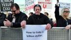 «Wie versteckt man eine Milliarde Dollar?», steht auf dem Plakat an einer Protestkundgebung gegen den isländischen Premierminister.