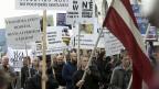 Als die Regierung bekannt gab, sie werde die von der EU geforderte Quote erfüllen und vorerst 780 Flüchtlinge aufnehmen, kam es zu lautstarken Protesten, in der Politik, in den Medien und dann auch in der Bevölkerung.