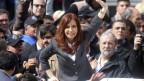 Argentiniens ehemalige Präsidentin Cristina Fernandez de Kirchner inmitten ihrer Fans nach der Untersuchung in Buenos Aires.