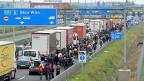 Flüchtlinge im Herbst 2015 auf der ungarischen Autobahn an der Grenze zu Österreich.