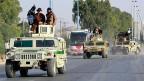 Der IS scheint zunehmend Geldprobleme zu haben. Bild: IS-Milizen auf einer Strasse in Raqqa im Norden Syriens.