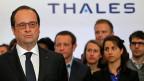 «Wer versucht, es allen Recht zu machen, läuft Gefahr, niemandem zu gefallen», sagt eine Versammlungsteilnehmerin im Beitrag. Besser lässt sich das Dilemma nicht zusammenfassen, in welchem François Hollande steckt. Präsidentschaftswahlen gewinnen, kann nur, wer einer Mehrheit gefällt. Bild: François Hollande am 28. April beim Rüstungshersteller Thales.
