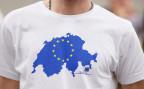 Ein Nebs-Mitglied mit einem T-Shirt, das einen Schweizer Beitritt zur EU symbolisiert