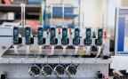 Ein Abfüllroboter mit Pipetten füllt automatisch Reagenzgläser ab und übernimmt die Arbeit eines Laboranten