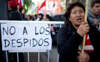 Eine Demonstrantin in Buenos Aires mit einem Schild: «keine Entlassungen mehr»
