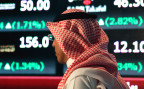 Ein Saudi-Araber vor einer Anzeigetafel der Börse in Riad, der Tadawul Saud Stock Exchange