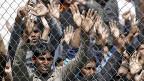 Das Dublin-Abkommen regelt, dass der EU-Staat, den Asylsuchende zuerst erreichen, das Asylverfahren durchführen muss; zurzeit trifft das Italien und Griechenland hart. Bild: Flüchtlinge auf der griechischen Insel Lesbos warten auf die Rückschaffung in die Türkei.
