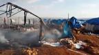 Verbrannte und zerstörte Zelte nach dem Bombenangriff im Flüchtlingslager Sarmada in der syrischen Provinz Idlib.
