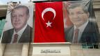 Gefährlich: In der Türkei gestaltet Präsident Erdogan das Land nach seinem Gutdünken. Bild: Zwischen dem Bild des türkischen Präsidenten Erdogan und seines Premiers Davutoglu hängt eine türkische Flagge.