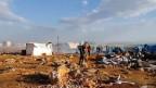 Blick auf die Zerstörungen in einem Flüchtlingslager nahe der syrisch-türkischen Grenze.