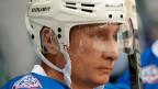 «Der Staat spielt eine sehr wichtige Rolle im russischen Eishockey. Unter den Sponsoren der Liga sind viele staatliche Grosskonzerne. Auch von der Regierung bekommen wir viel Unterstützung. Deswegen entwickeln wir uns so gut», sagt KHL-Funktionär Kamenski. Bild: Wladimir Putin bei einem Eishockey-Spiel im Oktober 2015.