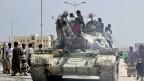 Angehörige eines Stammes im Osten Jemens haben einen Panzer der Regierungstruppen in Besitz genommen, nachdem diese die von al-Kaida besetzte Provinzhauptstadt Mukalla angegriffen hatten.