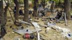 Ein nigerianischer Soldat begutachtet das Waffenarsenal in einem verlassenen Boko-Haram-Camp.