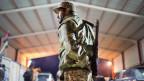 Ein libyscher Soldat steht Wache an einem Checkpoint.